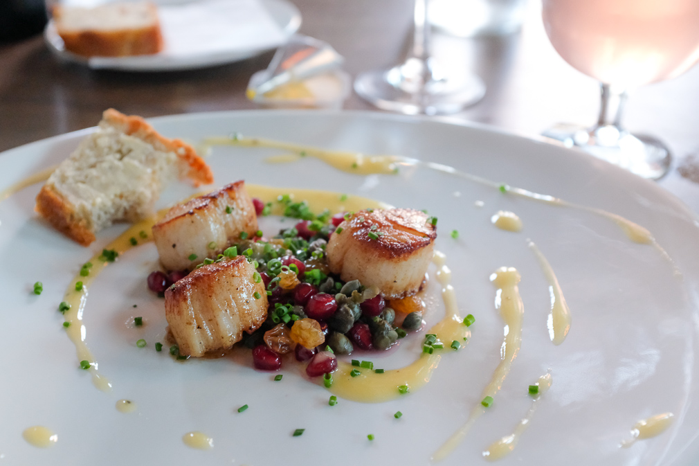 Pan-fried scallops with pomegranates